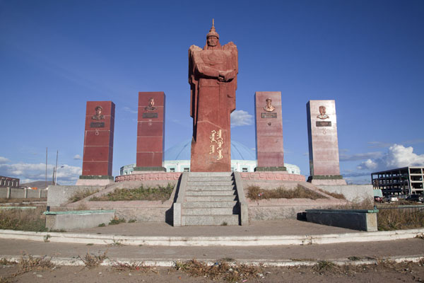 Picture of Mongolian heroes remembered through statues in Mörön