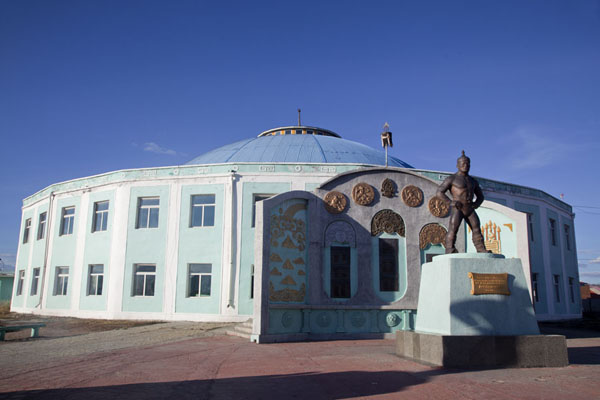 Photo de Wrestling stadium and statue in MörönMörön - Mongolie