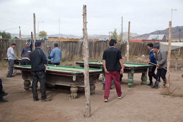 Foto de Mongolians playing their version of snooker at the marketMörön - Mongolia