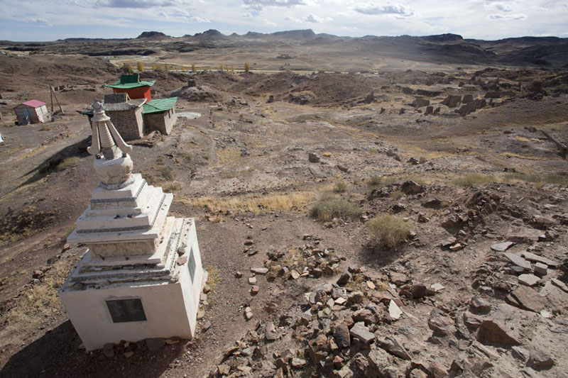 Picture of Ongiin Khiid (Mongolia): View over a white stupa, the new temple and ruins of Ongiin Khiid