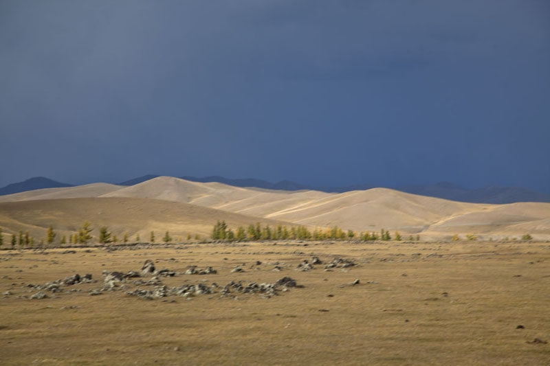Photo de Stark mountains under a dark sky in Orkhon valleyVallé Orkhon - Mongolie