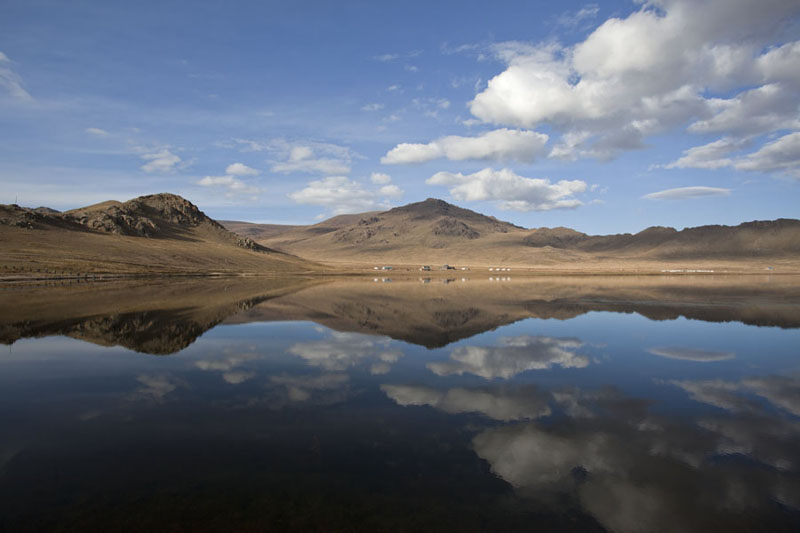 Photo de Clouds and landscape perfectly mirrored in Terkhiin Tsagaan NuurGreat White Lake - Mongolie