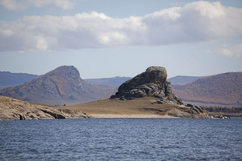 Photo de Rock formation touring above the beach of Terkhiin Tsagaan NuurGreat White Lake - Mongolie