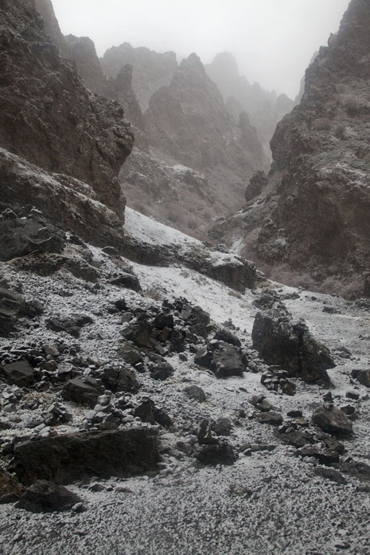 Photo de Yolyn Am canyon with snow-covered rocksYolyn Am - Mongolie