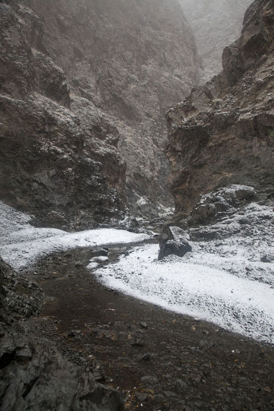 Entering the narrow section of Yolyn Am with light snow cover - 蒙古