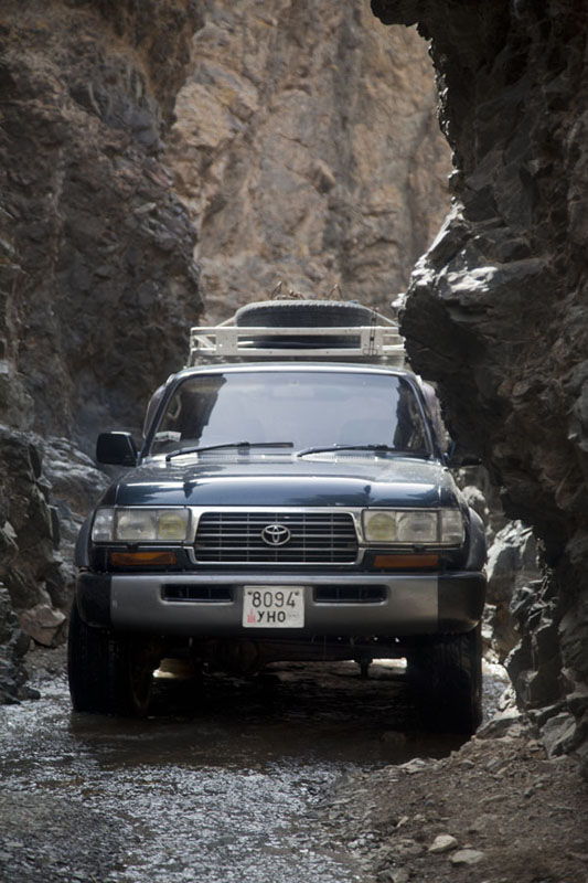 Landcruiser squeezing itself through narrowest stretch of Dugany Am | Yolyn Am | Mongolia