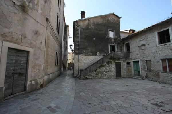 Photo de Small square in the old town of KotorKotor - Montenegro