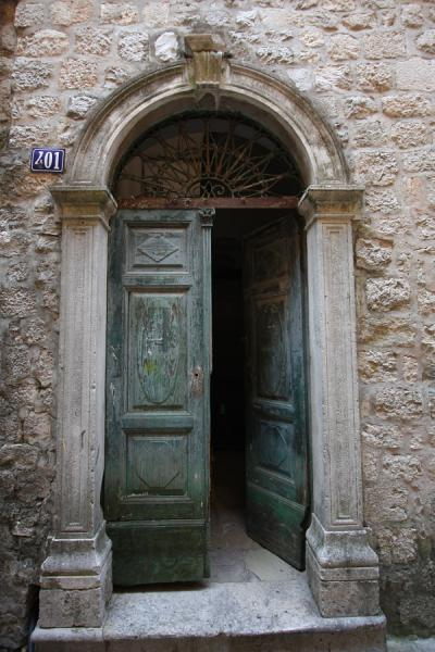 Foto van Door in one of the buildings of the old town of KotorKotor - Montenegro