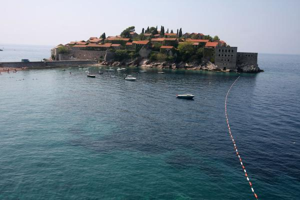 Foto de Sveti Stefan surrounded by the Adriatic sea seen from a distance - Montenegro - Europa