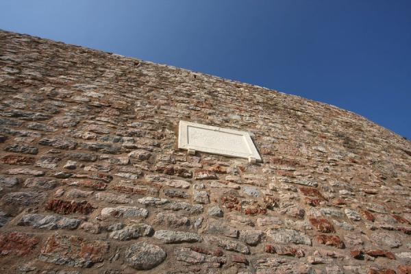 Foto di Wall effectively protecting Sveti Stefan from visitors - Montenegro - Europa