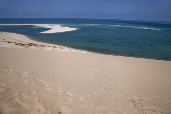 Sand dune and sandbank at the southern tip of Bazaruto Island | Bazaruto eiland zandduinen | Mozambique