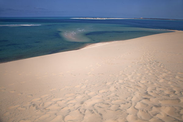 View from a sand dune of Bazaruto Island with shallow sea and sandbanks | Bazaruto eiland zandduinen | Mozambique