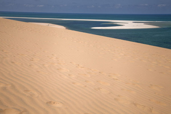 Foto van Mozambique (View towards the east with sandbank and sand dune at Bazaruto Island)