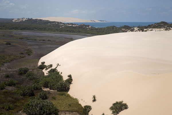 Looking out over the southern part of Bazaruto Island from the top of a sand dune | Dunas de arena del isla Bazaruto | Mozambique