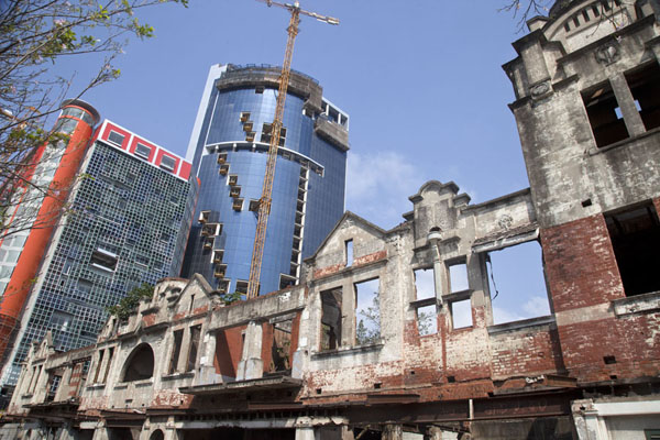 Ruins of colonial building with skyscraper in the making in the background | Colonial Maputo | 莫三比克