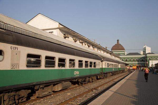 的照片 莫三比克 (Train on a track at the impressive railway station of Maputo)