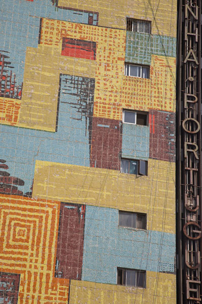 Detail of a colourful building in downtown Maputo | Maputo colonial | Mozambique