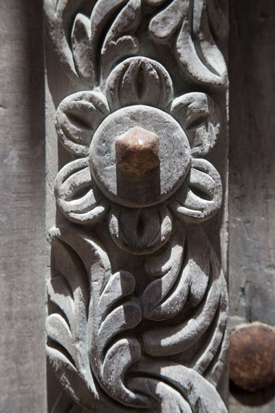 Foto van Flower details carved out on a wooden door on Ilha de Moçambique - Mozambique - Afrika