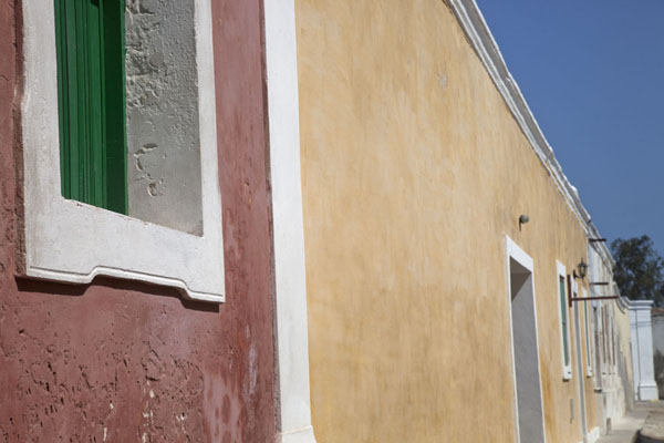 Picture of Ilha de Moçambique (Mozambique): Many houses on Ilha de Moçambique are painted in bright colours
