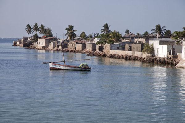 Foto di Mozambico (The coastline of Ilha de Moçambique with houses and boat)