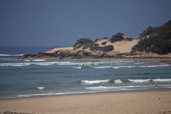 Foto van Mozambique (Tofo bay with sand dunes in the background)