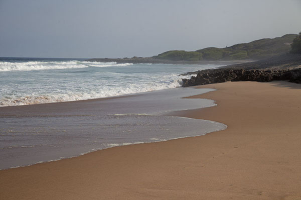 Foto de Stretch of empty beach at Tofinho, south of Tofo - Mozambique - Africa