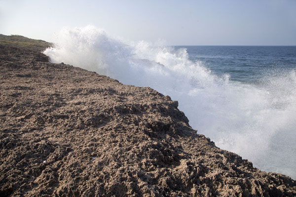 Foto van Waves pounding the rocky coast at Tofinho, south of Tofo - Mozambique - Afrika