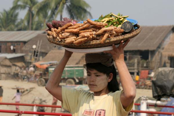 Picture of Burmese girl selling snacks to boat passengers