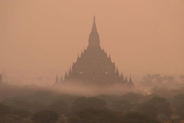 Foto di Temple floating in the early morning fog at BaganMyanmar (Birmania) - Myanmar (Birmania)
