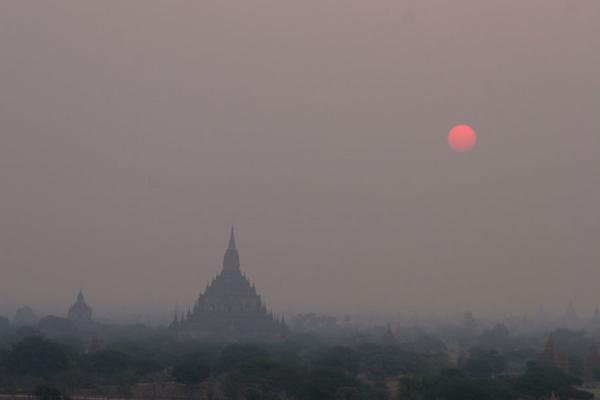 Foto di Sun rising over the Bagan areaMyanmar (Birmania) - Myanmar (Birmania)