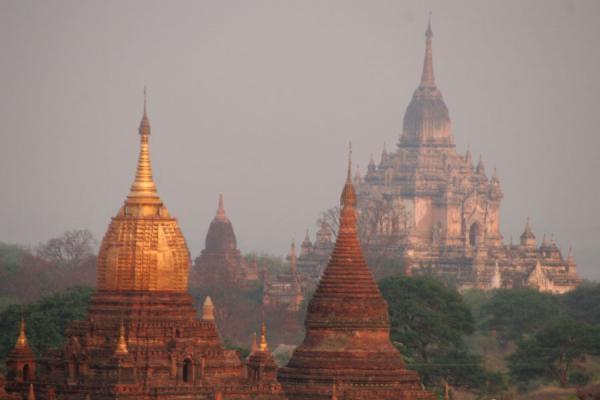 Foto di Temples at sunrise over BaganMyanmar (Birmania) - Myanmar (Birmania)