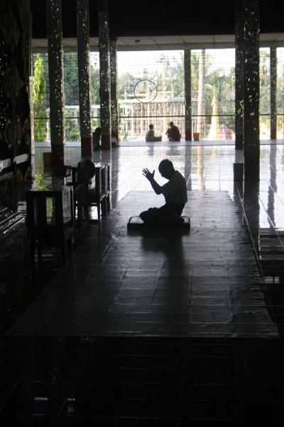 Picture of Burmese public life (Myanmar (Burma)): Burmese buddhist praying at the Ngahtatgyi Paya in Yangon