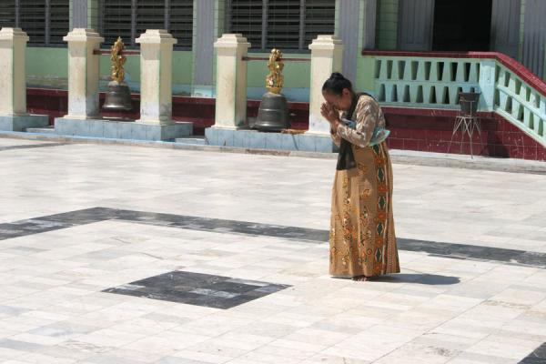 Picture of Burmese public life (Myanmar (Burma)): Woman praying at Mahamuni Paya