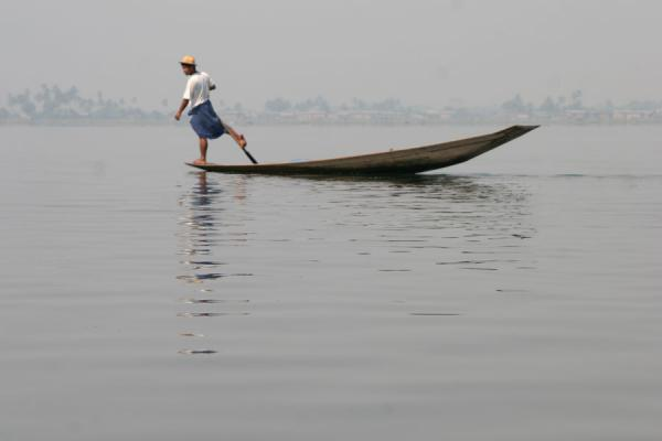 Rowing a boat traditional style, with the leg | Inle Lake | Myanmar (Birmanie)
