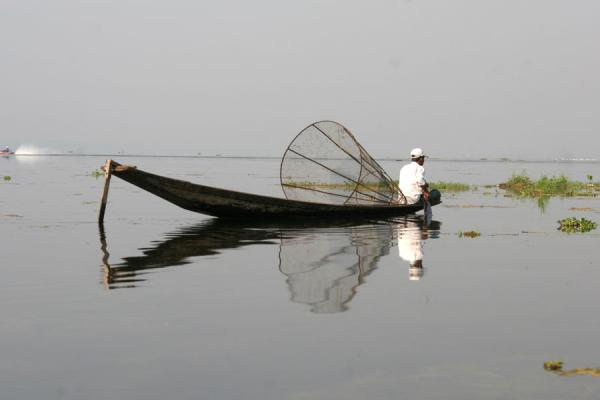 Fisherman waiting for fish on Inle Lake缅甸 - 缅甸