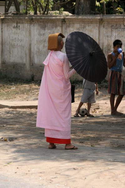 Foto di Burmese nun with parasol in the streets near SagaingMyanmar (Birmania) - Myanmar (Birmania)