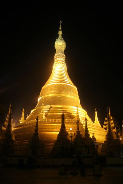Picture of Pathein (Myanmar (Burma)): Shwenokhtaw Pagoda: the illuminated golden stupa at night