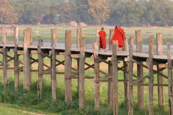 Foto di Monks walking U Bein Bridge near AmarapuraMyanmar (Birmania) - Myanmar (Birmania)