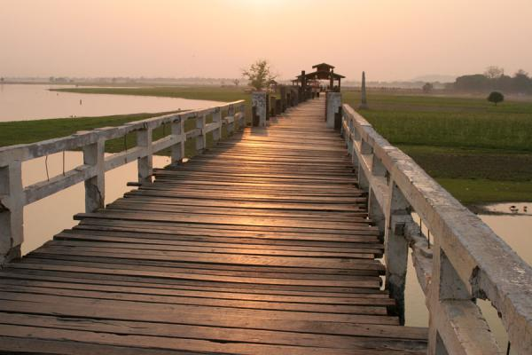Foto de U Bein Bridgen just before sunsetMyanmar (Birmania) - Myanmar (Birmania)