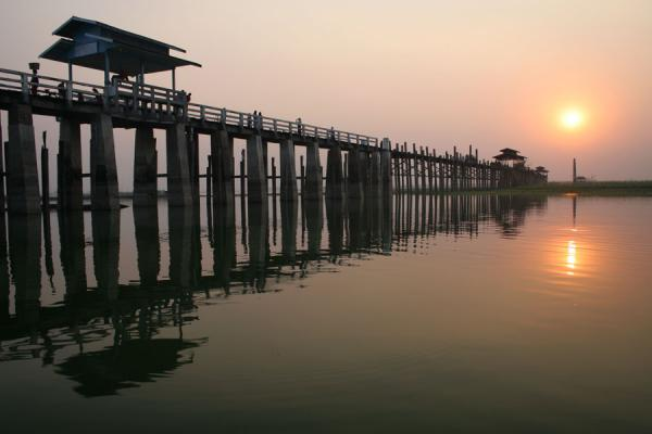 Foto di Sun setting over Taungthaman Lake and U Bein BridgeMyanmar (Birmania) - Myanmar (Birmania)