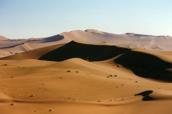 Foto de Namibia (Looking out over sand dunes at Sesriem)