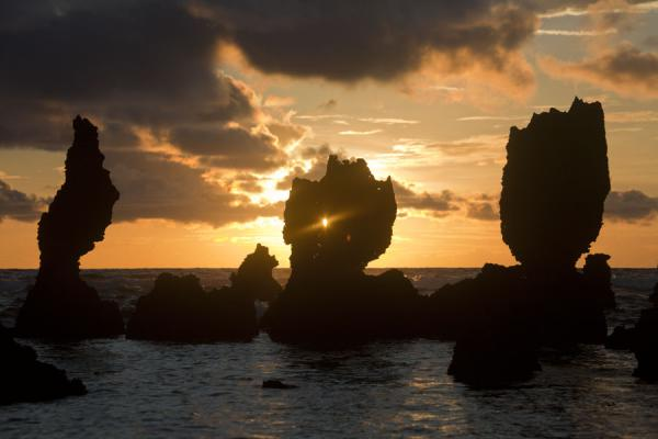 Foto van Sunrise over and through coral pinnacles on the east coast of NauruNauru Kust - Nauru