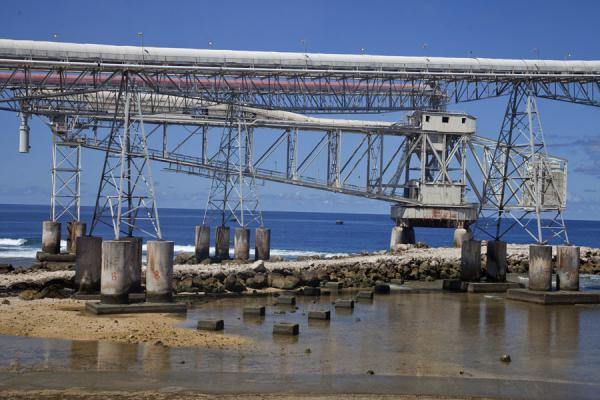 Photo de Cantilever waiting for a ship to load the phosphate onAiwo - Nauru