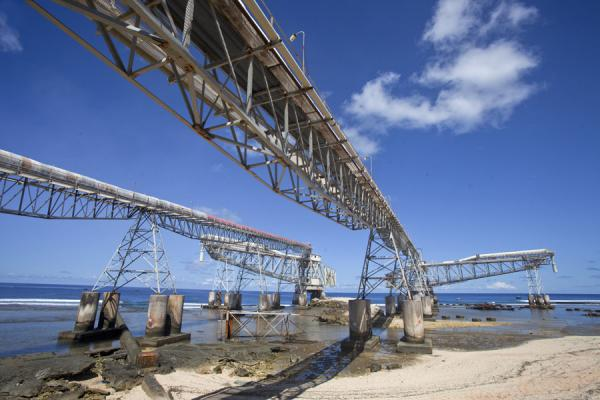 Foto de Cantilevers waiting for phosphateAiwo - Nauru