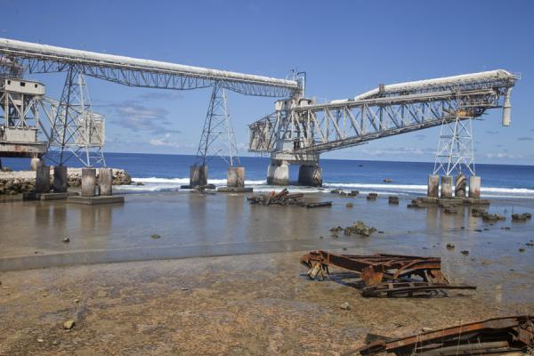 Foto de The cantilevers are built to transport the phosphate directly to behind the reefAiwo - Nauru
