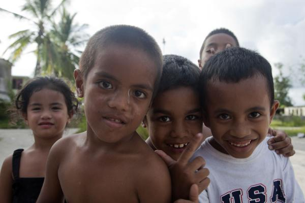 Foto de Nauruan kids fighting to be in the picture at LocationGente de Nauru - Nauru