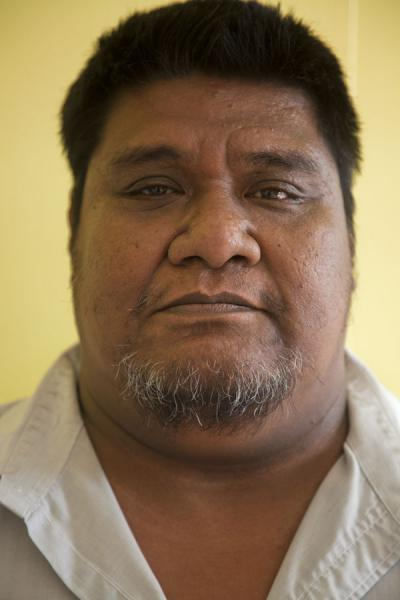 Photo de Nauruan man looking seriousGens du Nauru - Nauru