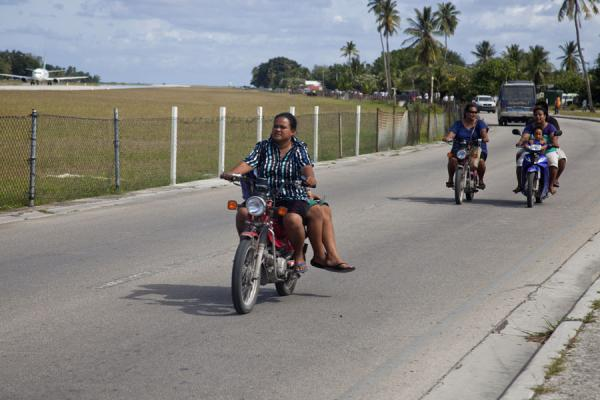 Photo de Nauruans love to ride their motorbikesGens du Nauru - Nauru