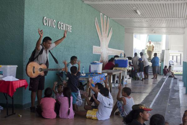 Foto van Singing for the kids at the Saturday market in the Civic Centre in AiwoNauruaanse mensen - Nauru