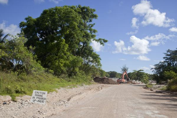 Mining occurs close to the road in central Nauru | Topside landscape | 诺魯
